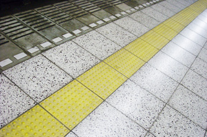 駅ホームの点字ブロック
